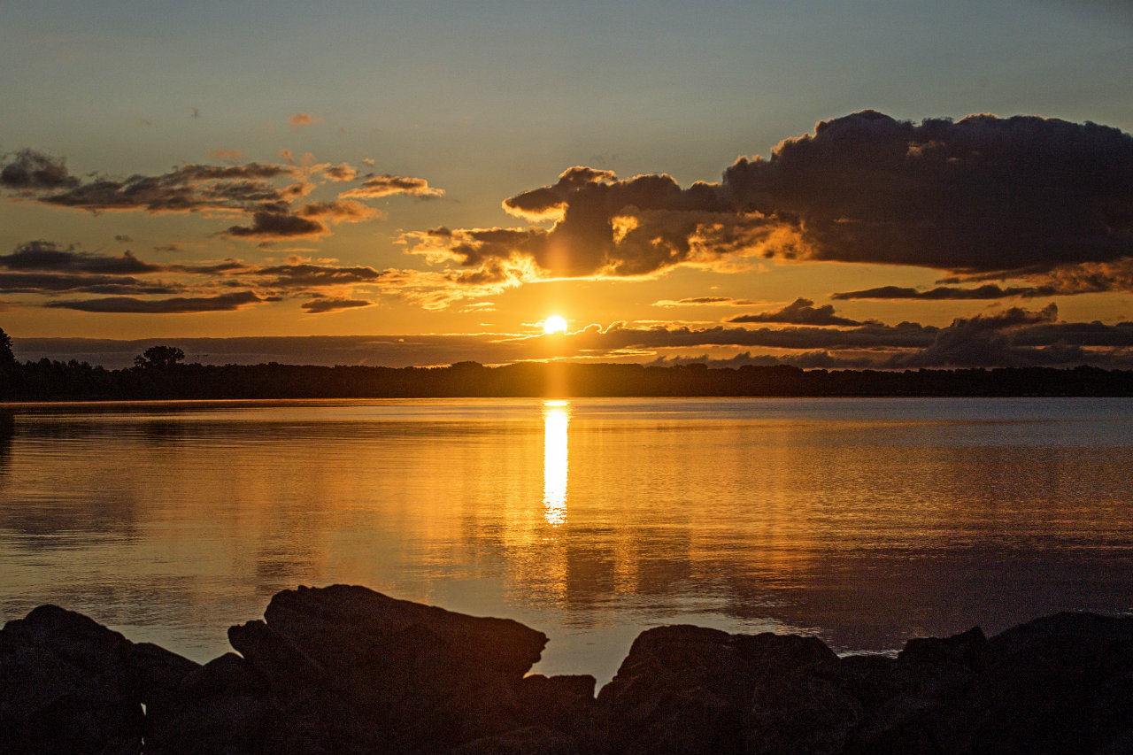 Lakefront sunrise from Geneva (photo)
